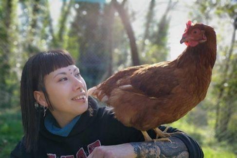 Estefanía Torralba, 33 años, en su santuario de animales en Gerona.