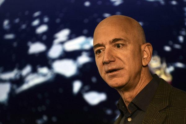 El fundador y CEO de Amazon, Jeff <HIT>Bezos</HIT>, este jueves en...