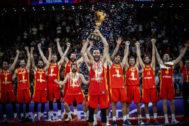 Selección española de baloncesto levantando la Copa del Mundo 2019