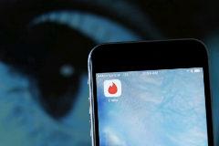 Aplicación de Tinder instalada en teléfono móvil.