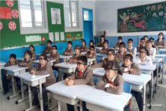 Estudiantes chinos con la diadema que evalúa la atención que prestan en clase.