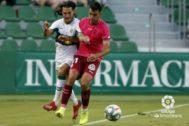 Juan Cruz punga con un jugador del Tenerife..