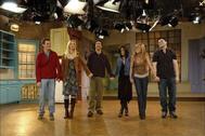 Matthew Perry, Lisa Kudrow, David Schwimmer, Courteney Cox y Jennifer Aniston, los seis protagonistas de 'Friends', se despiden del público en el plató de la serie.