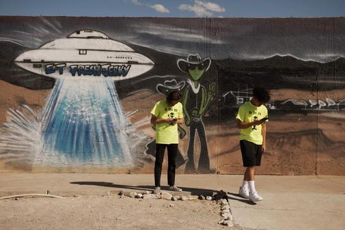 Visitantes en una de las atracciones cerca del Área 51.