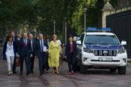 El lehendakari acompañado por consejeros del Gobierno vasco a su llegada al Parlamento.