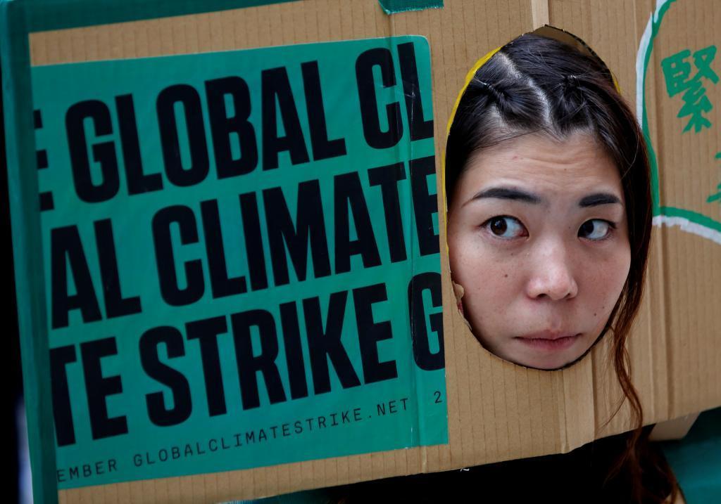 Una mujer en Tokio se manifiesta contra el cambio climático.