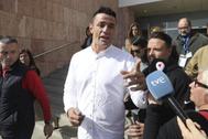 El dueño de la finca en la que el pequeño Julen se precipitó por el pozo en Totalán, David Serrano, a la salida de los juzgados el pasado febrero.