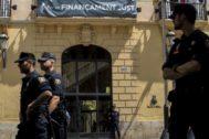 Policías custodian la Diputación de Valencia.