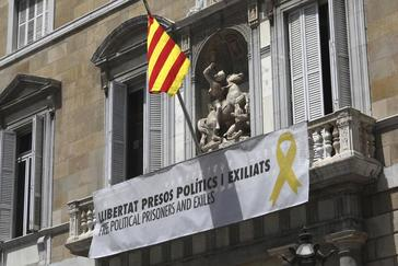 Pancarta con el lazo amarillo en el balcón del Palau de Generalitat y en favor de los políticos presos del 1-O.