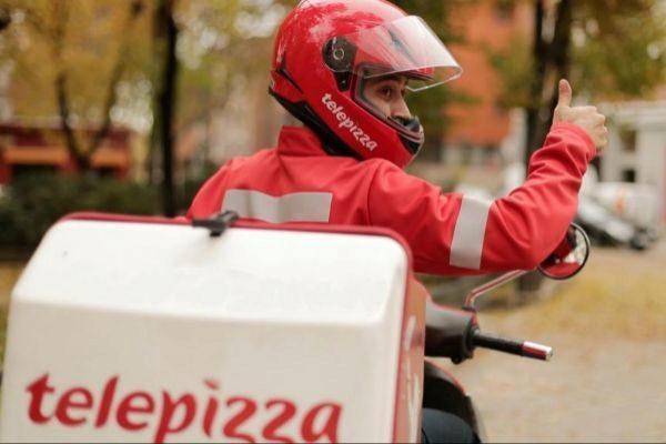 Un repartidor de Telepizza realiza pedidos