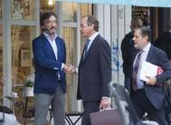 Alfonso Alonso saluda a Iñaki Oyarzábal acompañado de Javier Ruiz de Arbulo.