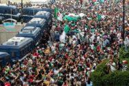 Manifestantes protestan contra el régimen en Argel, ante un impresionante despliegue policial.