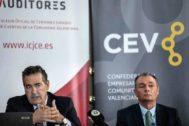 El presidente del Colegio de Auditores, Rafael Nava, junto al presidente de la CEV, Salvador Navarro, ayer.