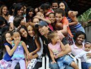 lordelis dos Santos, en el centro de la imagen, con sus 55 hijos. A su lado, su marido, Anderson, que recibió 30 balazos.