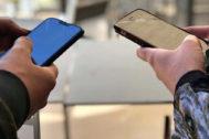 Dos usuarios utilizando sus móviles