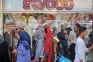Iraníes paseando frente al bazar Tajrish de Teherán.