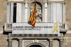 Lazos amarillos en la fachada del Palau de la Generalitat.