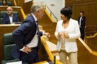 El lehendakari Urkullu conversa con la portavoz de EH Bildu Maddalen Iriarte, ayer, en el Parlamento.