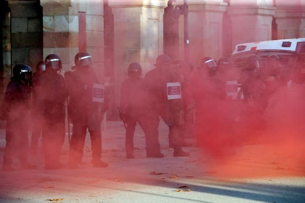 -FOTODELDIA- GRAF386. BARCELONA, 11/09/2019.- Agentes de los...
