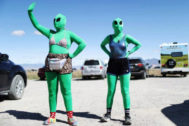 Dos ersonas disfrazadas de alíen en las inmediaciones del Área 51.