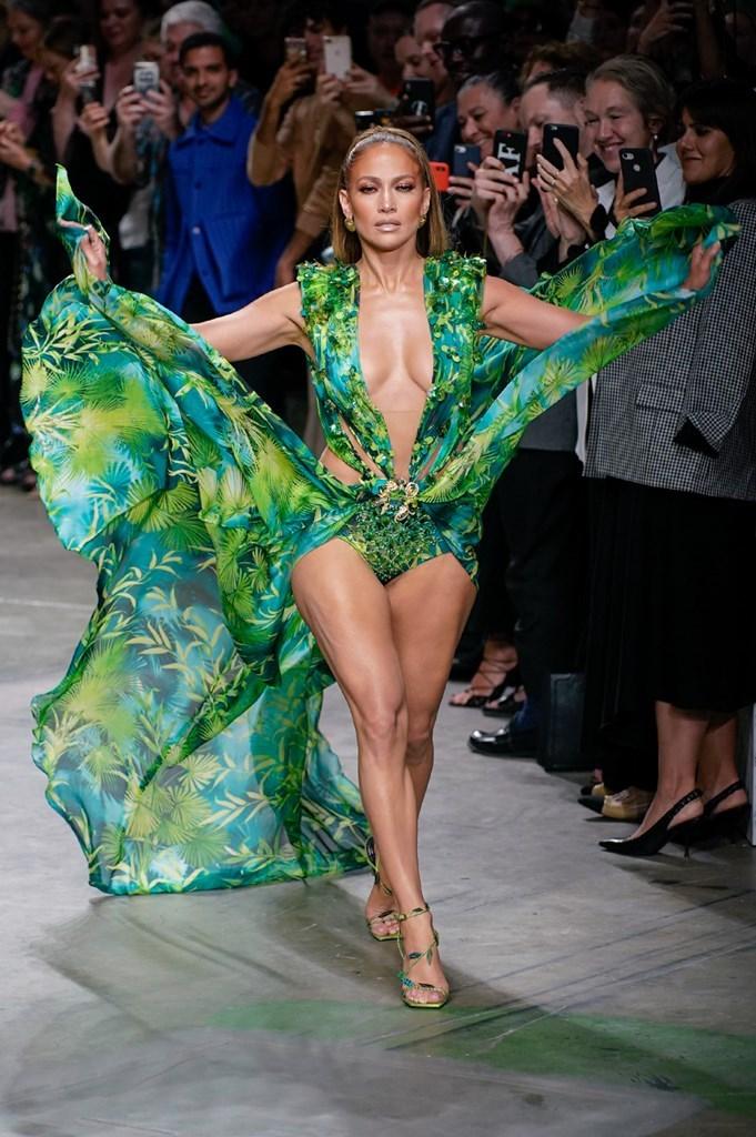 Jennifer Lopez en el desfile de Versace - Colección primavera-verano 2020 - Milan Fashion Week