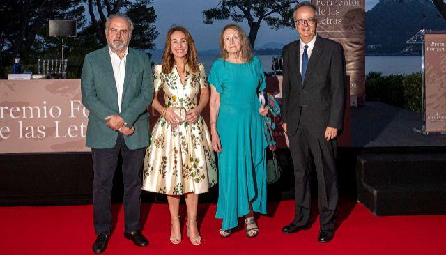 Annie Ernaux recibe el Premio Formentor junto a Simón Pedro Barceló, Ignacio Polanco y Marta Buada.