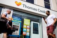 Dos hombres pasan por delante de una sede de Thomas Cook en Londres.