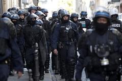 Más de  100 interrogados en una tensa jornada de protestas en París