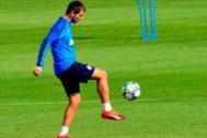 Albert Celades juega con el balón en un entrenamiento en la Ciudad Deportiva de Paterna.