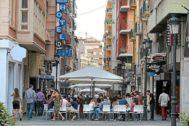 La calle Castaños de Alicante 'tomada' por los veladores y las terrazas de bares y 'pubs'.