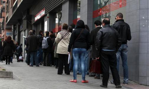 Cola de parados ante una Oficina de Empleo en el centro de Madrid.