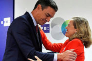 Pedro Sánchez y la ministra de Economía en funciones, Nadia Calviño, en un desayuno informativo.