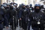 Policías, listos para una jornada de protestas en París.