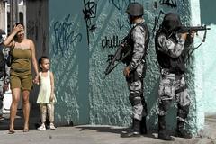 Dos policías brasileños durante una operación en una favela.