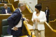 Urkullu, junto a Maddalen Iriarte, en el Parlamento Vasco.
