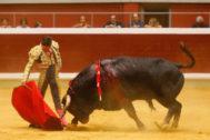 Derechazo de Diego Urdiales al importante 'Basilisco' de Garcigrande, ayer en Logroño.