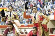 Pablo Aguado y Miguel Ángel Perera saliendo a hombros, este sábado en Aranda.