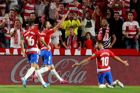 GRAF6461. <HIT>GRANADA</HIT>.- Los jugadores del <HIT>Granada</HIT> celebran su primer gol ante el Barcelona en el partido de LaLiga que se disputa este sábado en el estadio Nuevo Los Cármenes.