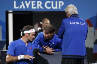 Nadal, junto a Federer, durante el partido ante Kyrgios.