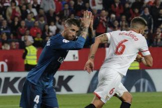 Ramos pide perdón al Pizjuán tras marcar un gol.