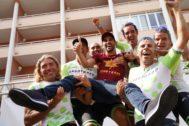Contador, en brazos de los participantes en el Gran Fondo que lleva su nombre.