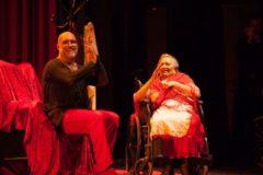 aco Mora interactúa con su madre Carmen, que padece Alzheimer a sus 87 años.