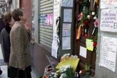 Flores y mensajes de ciudadanos anónimos en el lugar donde fue asesinado Giménez Abad.