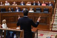 Pedro Sánchez responde al líder del PP, Pablo Casado, en la última sesión de control de esta legislatura.