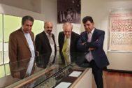 Jebrael Nokandeh, Josep Albert Cortés y Manuel Olcina, en el repaso de las piezas expuestas en el MNI.