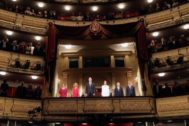 Felipe VI y la reina Letizia, junto a Meritxell Batet, Isabel Díaz Ayuso, el presidente de la fundación del Teatro Real, Gregorio Marañón y el ministro de Cultura, José Guirao (d), durante la inauguración de la temporada 2019-2020 del Teatro Real, en la que se representa la obra ''Don Carlo''.
