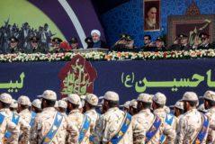 El presidente iraní, Hasan Rohani (centro) y otros líderes militares, durnante el desfile para conmemorar la guerra contra Irak, este domingo en Teherán.