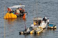 Buceadores de la Guardia Civil y miembros de Protección Civil durante el rescate de la avioneta militar accidentada en San Javier y que costó la vida a dos militares la pasada semana.