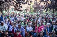 Asistentes a la asamblea de Mäs Madrid aprueban, con tarjetas verdes en la mano, presentarse a los comicios del 10-N.