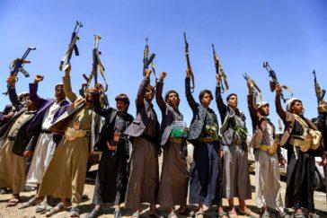 Milicianos hutíes levantan sus armas en la capital, Sanaa.